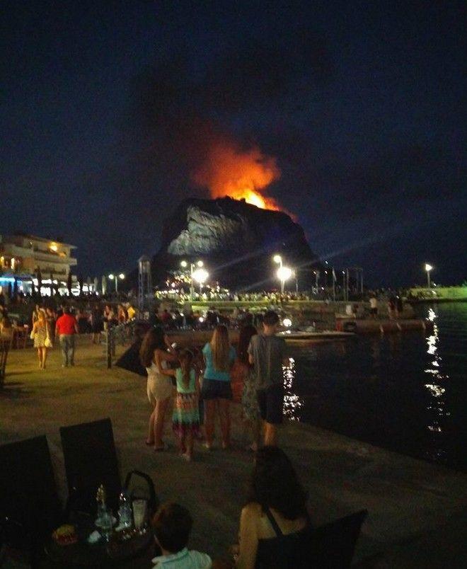 Φωτιά στο κάστρο της Μονεμβασιάς