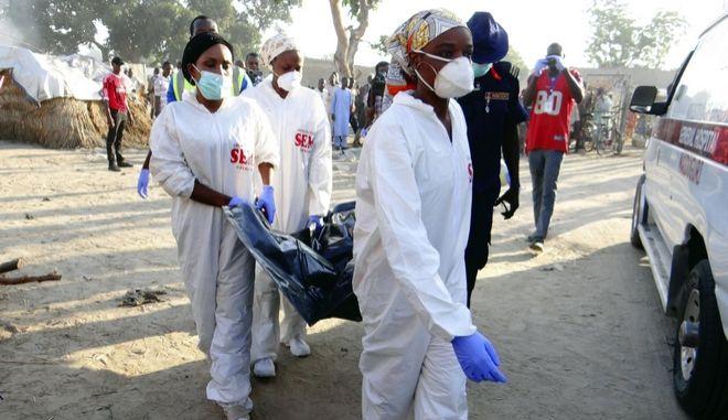 Σωστικά συνεργεία στο σημείο που σημειώθηκε επίθεση αυτοκτονίας στο Maiduguri της Νιγηρίας