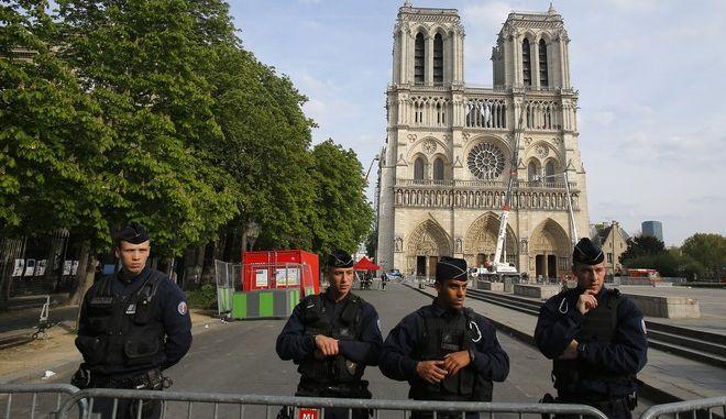 Αστυνομικοί περιφρουρούν την Παναγία των Παρισίων