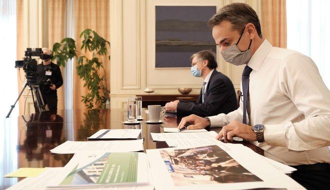 Στιγμιότυπο από συνέντευξη τύπου του πρωθυπουργού Κυριάκου Μητσοτάκη για τα μέτρα αντιμετώπισης της πανδημίας, στην οποία συμμετείχε και ο καθ. Σωτήρης Τσιόδρας