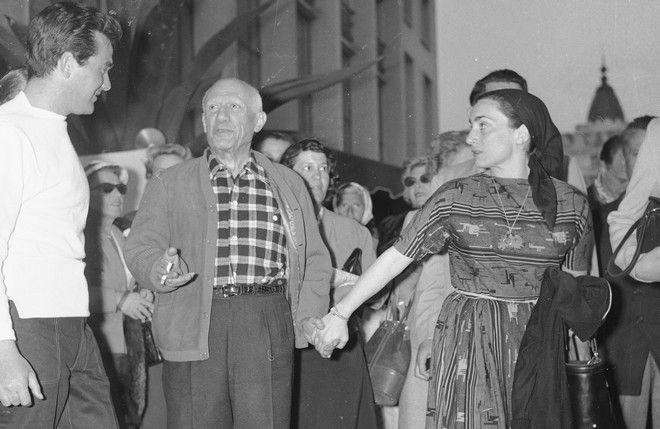 O Πικάσο με τη Ζακλίν (μοντέλο στο επάγγελμα), στις Κάννες το Μάιο του 1960.