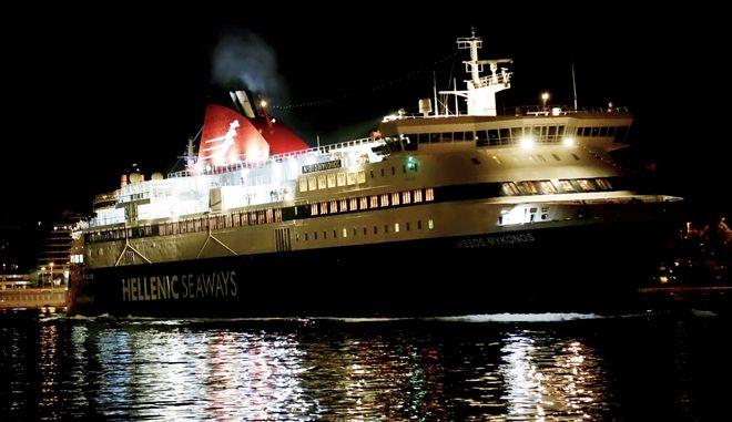 Νυχτερινά στιγμιότυπα από το λιμανι του Πειραιά.Άφιξη ταξιδιωτων και τουριστών από τα νησια,Κυριακή 6 Σεπτεμβρίου 2015 (EUROKINISSI/ΑΤΕΛΙΟΣ ΜΙΣΙΝΑΣ)