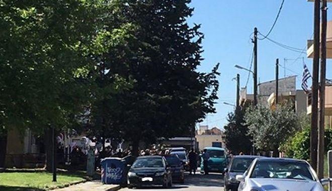 Πλήθος κόσμου στην κηδεία του 50χρονου, πρώτου θύματος του κορονοϊού στη Λάρισα