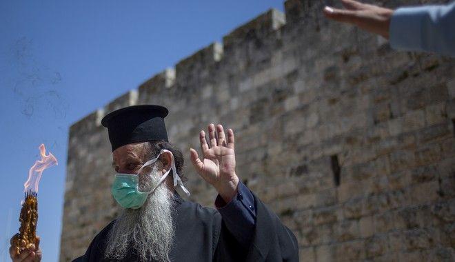 Παρουσία ελάχιστων κληρικών η αφή του Αγίου Φωτός στην Ιερουσαλήμ