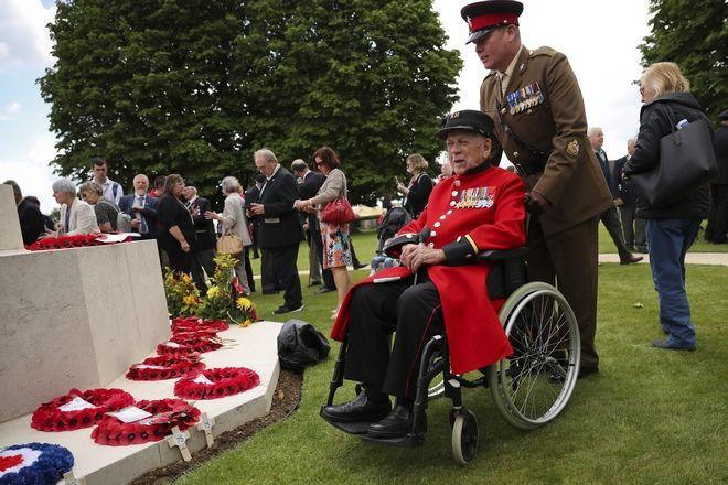 Βετεράνος επιζών της απόβασης στη Νορμανδία, παρευρέθηκε στην 75η επέτειο της D-Day και ποζάρει στον φακό