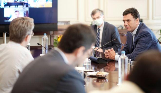 Βασίλης Κικίλιας και Σωτήρης Τσιόδρας σε τηλεδιάσκεψη για τον κορονοϊό στο Μαξίμου