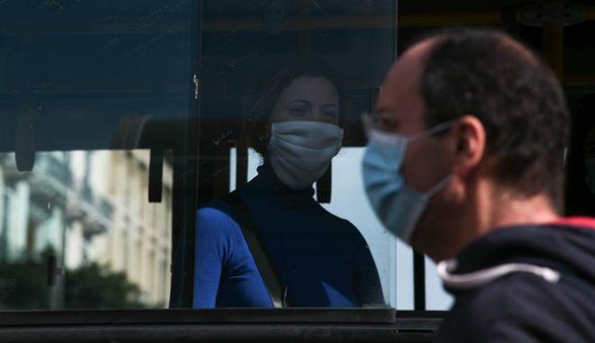 Πολίτες με μάσκες στην Αθήνα