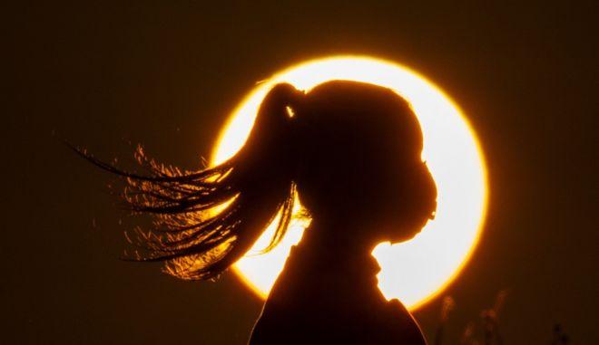 Μια γυναίκα στη Βηρυττό με φόντο το ηλιοβασίλεμα
