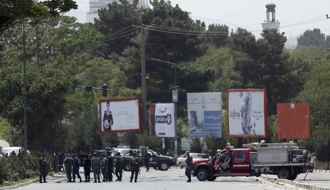 Βομβιστής αυτοκτονίας πυροδότησε εκρηκτικό μηχανισμό κοντά σε μουσουλμάνους κληρικούς την ώρα που εκείνοι αποχωρούσαν από έναν υπαίθριο χώρο συγκέντρωσης στα δυτικά της Καμπούλ