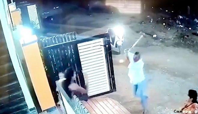 Ινδία: Άνδρας επιτέθηκε σε γυναίκα με τσεκούρι αφού τον απέρριψε