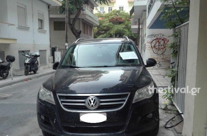 Τι θα έλεγες να παρκάρεις σαν άνθρωπος; Ευγενικός γείτονας αποστομώνει άξεστο οδηγό