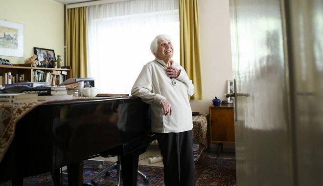 Σε ηλικία 102 ετών έλαβε το διδακτορικό που της στέρησαν οι Ναζί