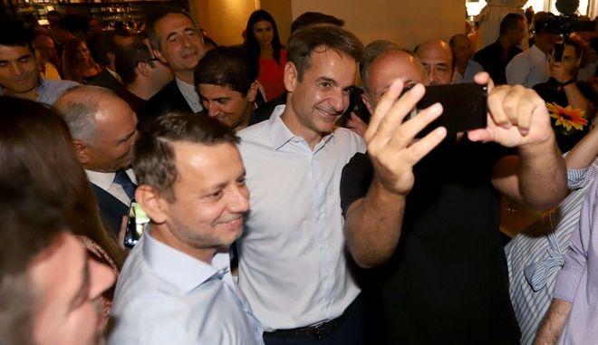 Στο πλαίσιο της Διεθνούς Έκθεσης Θεσσαλονίκης, ο πρόεδρος της Νέας Δημοκρατίας, Κυριάκος Μητσοτάκης επισκέφτηκε το κέντρο της Θεσσαλονίκης και συνομίλησε με κατοίκους της πόλης