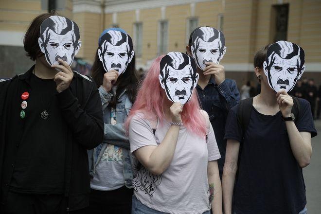 Πορεία κατά της λογοκρισίας στη Ρωσία. Οι διαδηλωτές φοράνε μάσκες εμπνευσμένες από το μυθιστόρημα του Όργουελ 1984