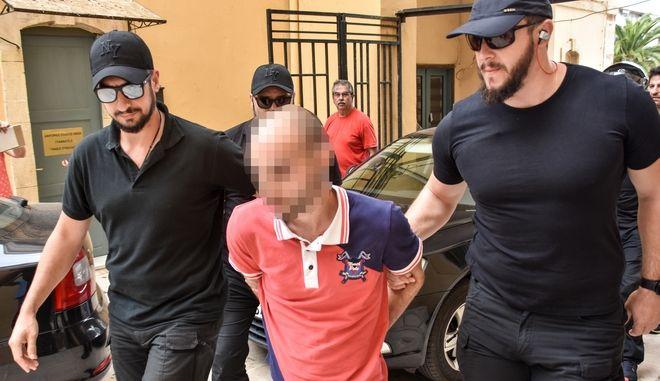 Ο 27χρονος καθ' ομολογία δράστης της δολοφονίας της 60χρονης Suzanne Eaton οδηγείται από αστυνομικούς για να απολογηθεί στον εισαγγελέα Χανίων την Τρίτη 16 Ιουλίου 2019.