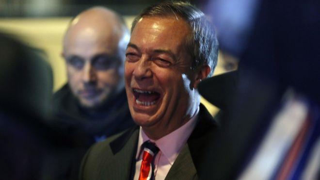 Ο ηγέτης του Brexit Ναιτζελ Φάρατζ πανηγυρίζει