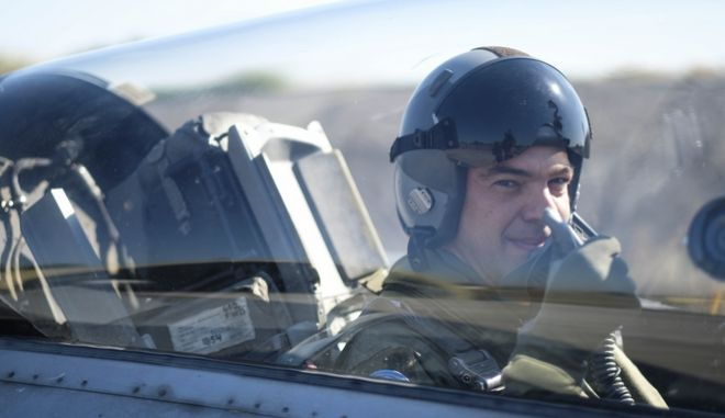 Ο Αλέξης Τσίπρας μέσα στο κόκπιτ του F-16 tsipras pilotos 4