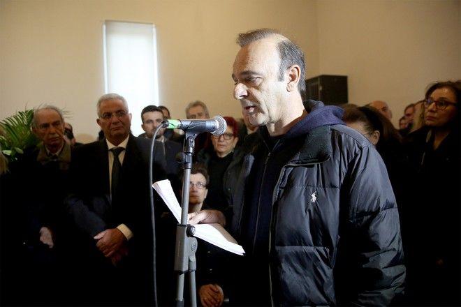 Ο Οδυσσέας Ιωάννου εκφωνεί επικήδειο στην κηδεία του Θάνου Μικρούτσικου