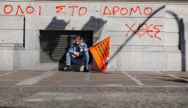 Συγκέντρωση διαμαρτυρίας και πορεία στο υπουργείο Εργασίας και στη Βουλή πραγματοποίησαν εργαζόμενοι στους Δήμους. Οι εργαζόμενοι λένε, όχι στις απολύσεις και στις ιδιωτικοποιήσεις των υπηρεσιών της Τοπικής Αυτοδιοίκησης . Η εκτελεστική επιτροπή της ΠΟΕ-ΟΤΑ προκηρύσσει αποχή από κάθε εργασία το Σάββατο 10 και την Κυριακή 11 Νοεμβρίου 2012, ημέρα ψήφισης του Προϋπολογισμού.   (EUROKINISSI/ΚΩΣΤΑΣ ΚΑΤΩΜΕΡΗΣ)