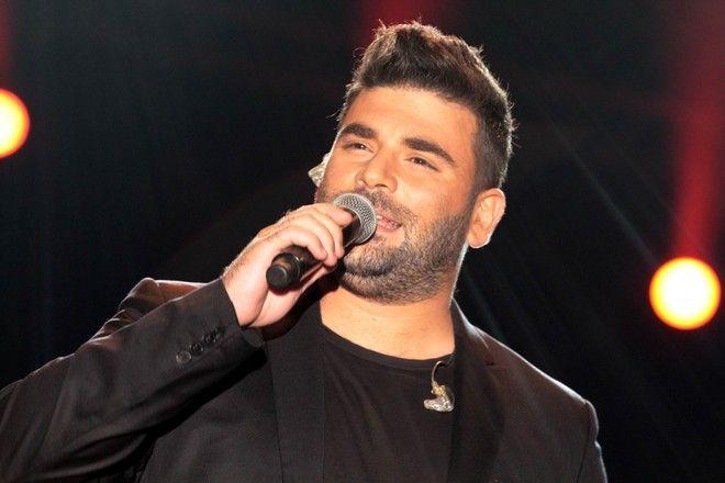 Ο Παντελής Παντελίδης τραγουδά επί σκηνής