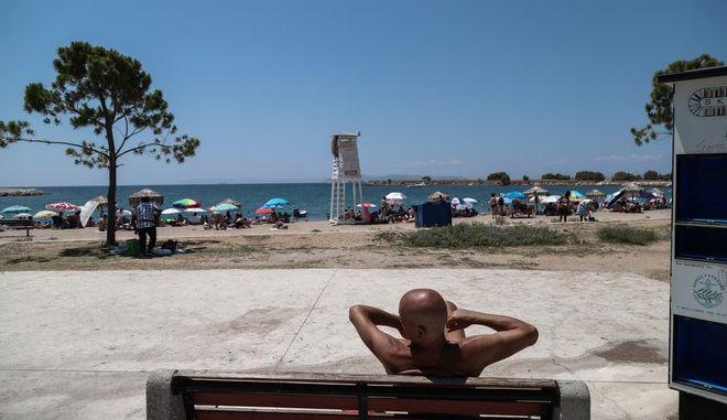 Κόσμος σε παραλία της Γλυφάδας