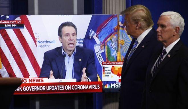 Ο Ντόναλντ Τραμπ παρακολουθεί την ενημέρωση του κυβερνήτη της Νέας Υόρκης, Άντριου Κουόμο