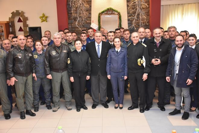 Ο Υπουργός Εθνικής Άμυνας Πάνος Καμμένος, συνοδευόμενος από τον Αρχηγό ΓΕΝ Αντιναύαρχο Γεώργιο Γιακουμάκη ΠΝ  και τον Αρχηγό ΓΕΑ Αντιπτέραρχο (Ι) Χρήστο Βαΐτση επισκέφθηκε την 135 Σμηναρχία Μάχης, την 22 Μοίρα ΜΚΒ, την 7η ΜΙΣΕΠ στη Σκύρο και τη Φρεγάτα ΛΗΜΝΟΣ προκειμένου να ανταλλάξει ευχές με τα στελέχη και τους στρατεύσιμους. (EUROKINISSI/ΥΕΘΑ)