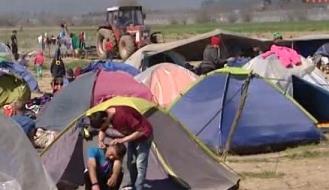 Ειδομένη: Αγρότης άρχισε να οργώνει με τρακτέρ ανάμεσα από τις σκηνές!