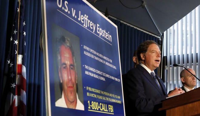 Ο εισαγγελέας της Ν. Υόρκης δίνει συνέντευξη Τύπου για τη δίωξη που ασκήθηκε στον δισεκατομμυριούχο Τζέφρι Επστάιν