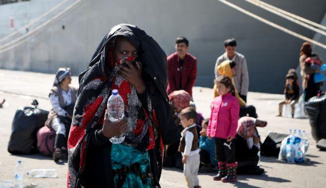 Πρόσφυγας που μεταφέρεται από τη Λέσβο στην ενδοχώρα
