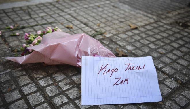 Λουλούδια έξω από το κοσμηματοπωλείο στην οδό Γλάδστωνος. Φωτογραφία αρχείου.