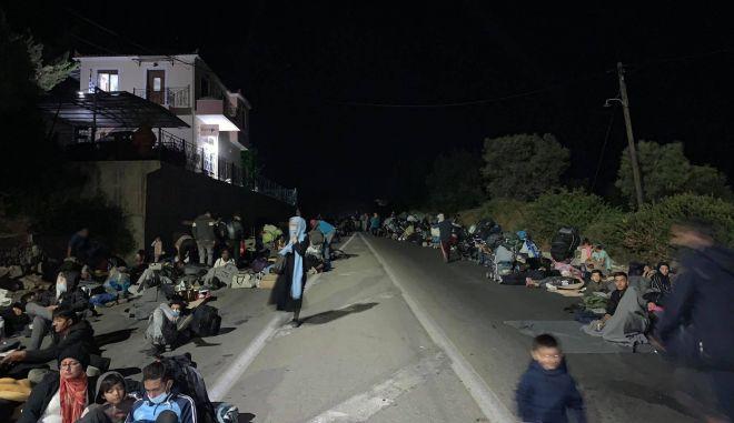 """Μια νύχτα στη Μόρια: Πρόσφυγες και μετανάστες στο δρόμο - """"Κανείς δεν νοιάζεται"""""""