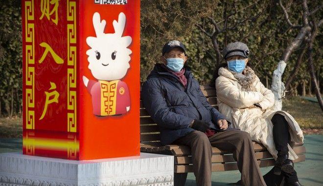 Κινέζοι με μάσκες λόγω κοροναϊού στο Πεκίνο