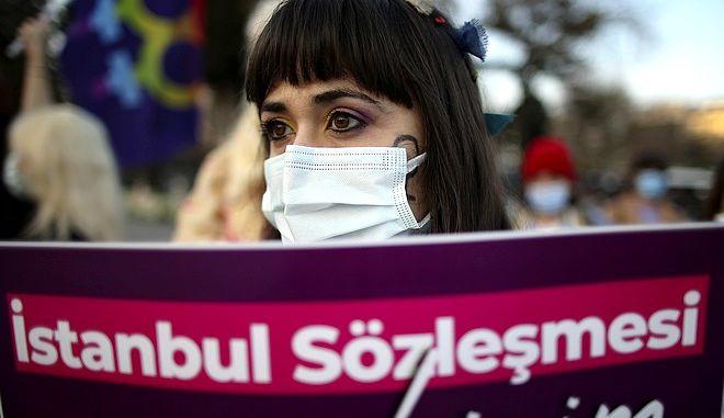 Διαδηλώτρια στην Τουρκία