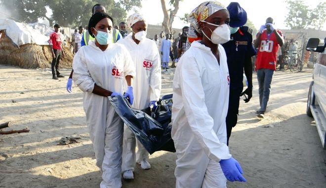 Διασώστες μετά από ένοπλη επίθεση στη Νιγηρία (Φωτογραφία αρχείου)