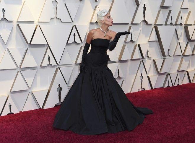 Η Lady Gaga με Alexander Mc Queen και διαμάντι Tiffany που είχε φορέσει στο παρελθόν η Audrey Hepburn!