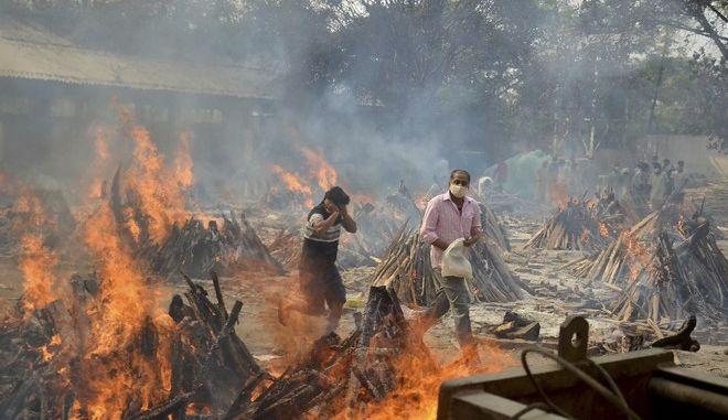 Ετοιμασίες για καύση νεκρών από τον κορονοϊό στην Ινδία