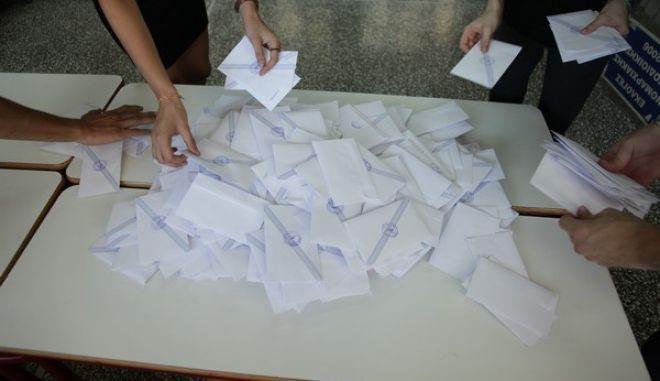 Καταμέτρηση ψηφοδελτίων για το δημοψήφισμα την Κυραική 5 Ιουλίου 2015. (EUROKINISSI/ΓΙΑΝΝΗΣ ΠΑΝΑΓΟΠΟΥΛΟΣ)