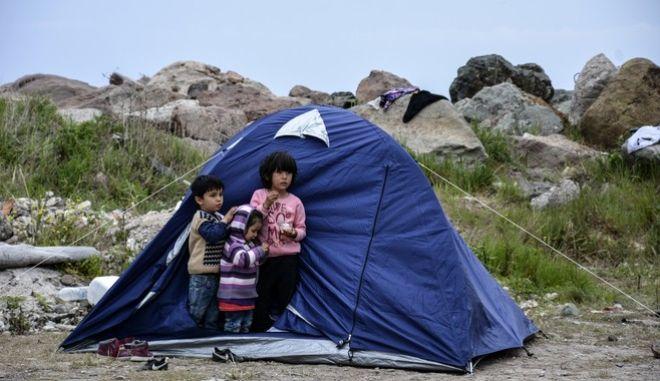 Προσφυγόπουλα στη Λέσβο