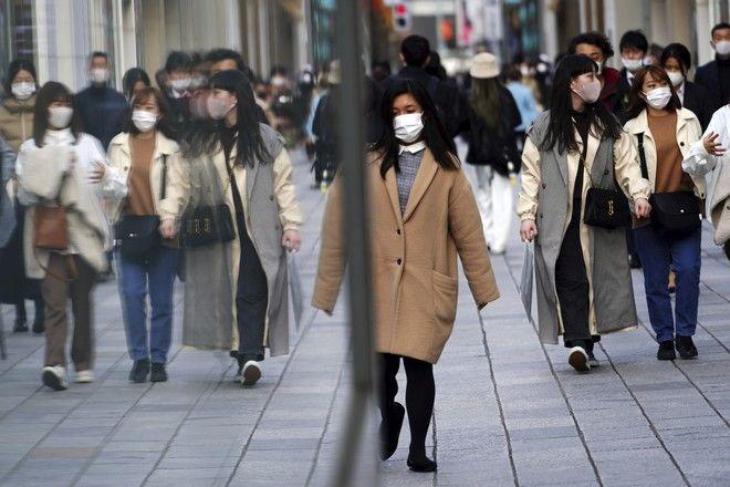 Γυναίκα με μάσκα περπατά στην πόλη