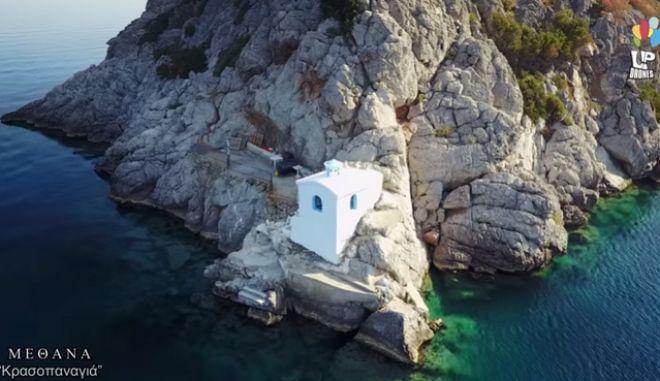 """""""Κρασοπαναγιά"""": Το γαλάζιο εκκλησάκι της Πελοποννήσου που είναι φτιαγμένο από κρασί και χώμα"""