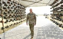 Ναγκόρνο Καραμπάχ: Ο Αλίγεφ φωτογραφίζεται περιχαρής δίπλα σε κράνη Αρμένιων που έπεσαν νεκροί