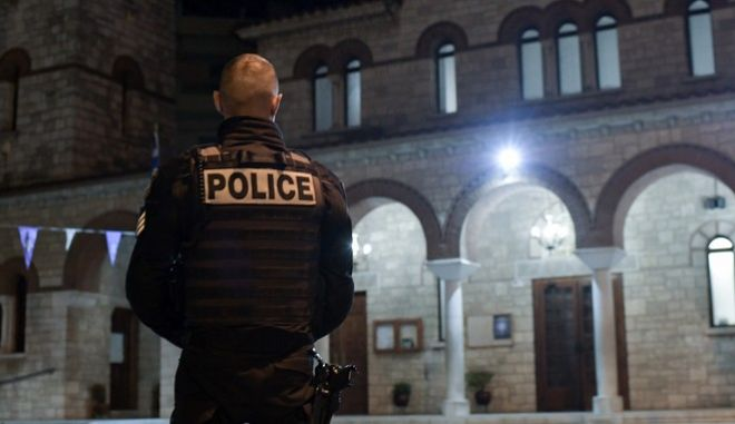 Αστυνομικός έξω από εκκλησία