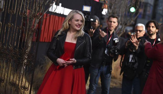 Η Ελίζαμπεθ Μος που υποδύεται την πρωταγωνίστρια της σειράς,  Όφριντ