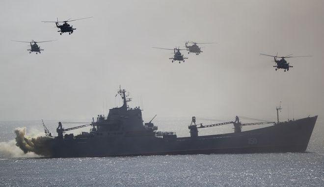 Πολεμικό πλοίο και στρατιωτικά ελικόπτερα της Ρωσίας
