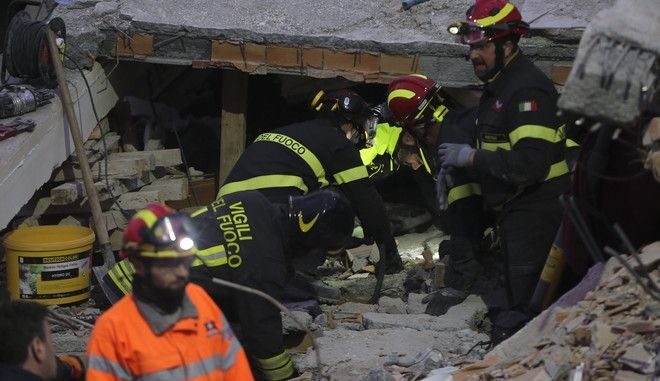 Φωτογραφία από επιχείρηση διάσωσης στην Αλβανία, μετά τον σεισμό των 6,4 Ρίχτερ