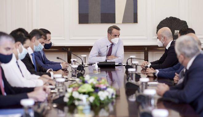 Ο Πρωθυπουργός Κυριάκος Μητσοτάκης στη σύσκεψη που είχε με τους εκπροσώπους τουριστικών επιχειρήσεων με αντικείμενο την στήριξη του κλάδου κατά τους πρώτους μήνες επανεκκίνησης της λειτουργίας τους.