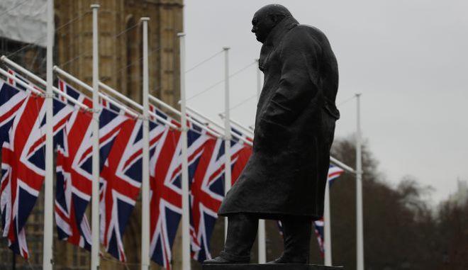 Το άγαλμα του Ουίνστον Τσόρτσιλ έξω από το βρετανικό κοινοβούλιο στο Λονδίνο