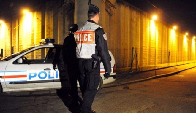 Πήρε την αστυνομία γαντζωμένος σε οροφή κλεμμένου αυτοκινήτου που έτρεχε με 130 χλμ