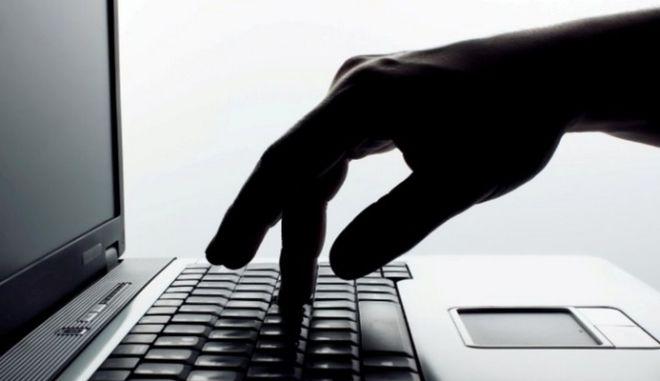 Χειροπέδες σε νεαρό που εκβίαζε μέσω facebook 19χρονη